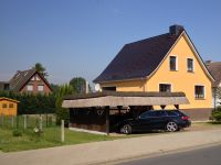 """Das Auto wohnt unter Reet. - Bild 1: 4-Sterne Ferienhaus """"Ostseetraum"""" in Zudar auf Rügen, bis 9 Personen"""