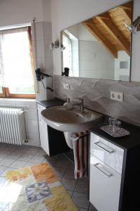 Mit Dusche, Wanne,WC und Fön. - Bild 13: Ferienwohnung im Haus Leo