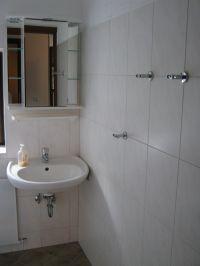 Das kleine Badezimmer mit Zugang vom Schlafzimmer Nr. 3 - Bild 10: Ferienwohnung EifelNatur 3 - gemütliche 4-Sterne-Dachgeschosswohnung