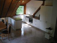 Küche mit Spülmaschine, Kühl- und Gefrierschrank und angrenzendem Essbereich - Bild 1: Ferienwohnung EifelNatur 3 - gemütliche 4-Sterne-Dachgeschosswohnung