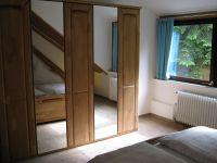 Das Schlafzimmer hat einen großen Kleiderschrank und einen tollen Ausblick in die Natur. - Bild 7: Ferienwohnung EifelNatur 3 - gemütliche 4-Sterne-Dachgeschosswohnung