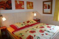 """Hier grüßt Sie das """"Mohn""""-Zimmer: bestehend aus 1 Doppelbett (2m x 2m) mit Bettschubladen, 1 geräumiger Kleiderschrank, 2 Nachttischchen. - Bild 13: Idyll. Ferienhaus EifelNest Fernsicht & uneinsehbare Sonnenterrasse & WLAN"""