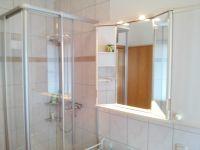 Das Badezimmer verfügt über 1 Dusche, Waschbecken, großer beleuchteter Spiegelschrank, WC, 1 Abstellschrank (mit Waschmaschine). - Bild 16: Idyll. Ferienhaus EifelNest Fernsicht & uneinsehbare Sonnenterrasse & WLAN
