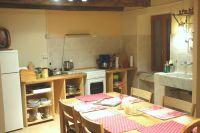 Diese Küche ist so gross, dass alle darin Platz finden - Eltern, Kinder, Freunde, Hunde und Katzen, unter anderem - Bild 4: Ferienwohnung I im Cá Árbul (Valle Cannobina in Italien/Lago Maggiore)