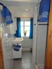 modernes Duschbad mit WC - Bild 1: Nordseeferienhaushälften Möwe mit Hund, W-Lan