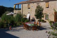Ihre Wohnung liegt im EG, im linken Teil des Hauses. - Bild 1: Casa Lucia: Ferienwhg Mittelitalien / meernah / familien- + hundefreundlich