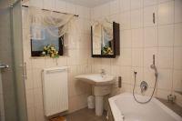 Modernes Bad mit Eckbadewanne und großer Dusche - Bild 7: Ferienidylle Eder 5 Sterne DTV / Bayerischer Wald
