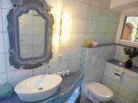 Waschtisch mit handgefertigten geschnitzten Spiegel und WC - Bild 7: Ferienzimmer im schönsten Tal der Oberlausitz, in der Cunewalder Obermühle