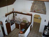 Die Küche von der Galerie aus gesehen. - Bild 7: Maison Biemont, normannisches Natursteinhaus 16. Jahrhundert, Kamin