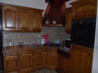 Die Küche befindet sich separat neben dem Wohnzimmer und dem Essbereich - Bild 4: Les Prunelles Normannisches Natursteinhaus mit Wintergarten und Kamin