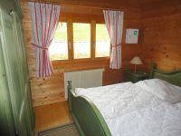 Für einen guten Schlaf sorgt das bequeme Doppelbett im alpenländischen Stil. Für viel Stauraum gibt es den großen Kleiderschrank. - Bild 4: Blockhausurlaub Bayerischer Wald - ideal für Familien mit Kindern und Hund