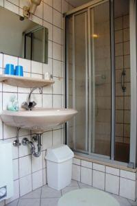 Hier das Bad im OG - Bild 4: Ferienhaus LUKAS (vorm. Holl) in Dornum