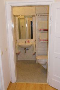 Das Bad ist modern ausgestattet. Die Toilette hat Komforthöhe. Für Kleinkinder gibt es einen Extrasitz. - Bild 10: 3-Zi-Ferienwohnung im Herzen von Erfurt bis 6 Personen