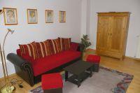 Ansicht des Wohnzimmers mit Schlafcouch und Wohnzimmerschrank - Bild 1: 3-Zi-Ferienwohnung im Herzen von Erfurt bis 6 Personen