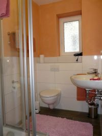 Badezimmer mit Dusche, WC - Bild 7: Ferienwohnung Schart in Ronneburg / Hessen / Main-Kinzig-Kreis