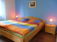 """Das """"Blaue"""" Schlafzimmer mit dem Doppelbett - Bild 4: Ferienwohnung Schart in Ronneburg / Hessen / Main-Kinzig-Kreis"""