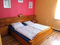 Doppelbett + Einzelbett, Kleiderschrank - Bild 7: Ferienhaus Arnolde mit Hund Nordsee Ostfriesl. Gr.EingezGartenAlleinnutzung
