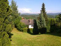 Blick auf den eingezäunten Garten - Bild 7: Ferienhaus Degenhardt im Bayerischen Wald - Im Urlaub und doch zu Hause