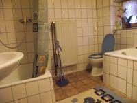 Badezimmer mit Tageslicht und Waschbecken, WC, Dusche und separater Badewanne. Es stehen weiter 2 Badezimmerschränke und ein Spiegelschrank zur Verfügung. - Bild 4: FeWo in der alten Kinderschule im Naturpark Südschwarzwald