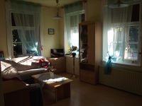 gemütliches helles Wohnzimmer mit Fernseher und genügend Stauraum - Bild 1: FeWo in der alten Kinderschule im Naturpark Südschwarzwald