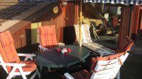 Dach-Terrasse an der Lounge mit herrlichem Meerblick. Hier kann man einfach nur sitzen, tief durchatmen und die Gedanken schweifen lassen. Geniessen Sie den Sonnenaufgang bis zur Abendsonne... oder nutzen Sie die Seiten-Terrasse... oder die untere Garten-Terrasse.: -) - Bild 4: Top-Ferienhaus Ostsee Meersicht Hunde Nahe Grömitz