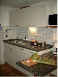 sehr gut ausgestattete Küchenzeile mit Kühlschrank und Microwellenherd. - Bild 4: Ferienunterkunft für 2 Personen, mittlere Schwäbische Alb, ländlich.