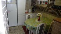 Ausserdem gibt es einen Kühlschrank, ein Gefrierfach, Mikrowelle, Kaffeemaschine, Wasserkocher und einen Toaster. - Bild 7: Ferienwohnung (Souterrain) in Berlin-Rudow