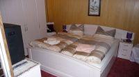 Im Schlafzimmer ist auch ein Kleiderschrank. - Bild 4: Ferienwohnung (Souterrain) in Berlin-Rudow