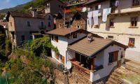 Vorn rechts ist der überdachte Balkon, links vom Haus die Terrasse mit Weinpergola - Bild 1: Sonnig und ruhig gelegenes Ferienhaus in Orasso (Cannobiner Tal)