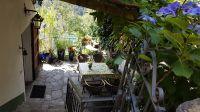 Schattig unter Weinpergola, sonnig nahe am Geländer, Blick von Gasse oben, Eingangstür links - Bild 4: Sonnig und ruhig gelegenes Ferienhaus in Orasso (Cannobiner Tal)