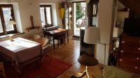 Von Küche aus gesehen. Rechts: Schlafsofa, Kommode mit Fernseher. Links: Esstisch, Antik-Schreibtisch - Bild 7: Sonnig und ruhig gelegenes Ferienhaus in Orasso (Cannobiner Tal)