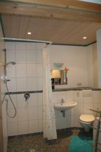 """Badezimmer mit Dusche, Waschbecken, WC, Waschmaschine - Bild 4: Ferienhaus """"Häusl"""" in Pfronten im Allgäu"""