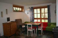 """Wohnraum mit Essecke, TV, Blick in die Natur - Bild 1: Ferienhaus """"Häusl"""" in Pfronten im Allgäu"""