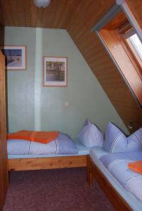 """Die Betten stehen im Winkel und können nicht zusammengestellt werden. - Bild 7: Ferienwohnung """"Bakelberg"""" im Ostseebad Ahrenshoop"""