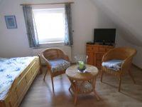 Doppelbett,Schrank,Fernseher ausgestattet. - Bild 13: Friesenhaus Elke 2-5 Personen, Urlaub mit Hund,eingezäunten Garten.