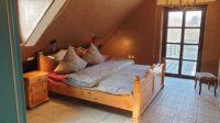 Das Dachgeschoß verfügt über zwei Bereiche mit je einem Doppelbett und Zugang zur Dachterrasse mit Strandkorb. - Bild 10: ReetdachFerienhaus Strandperle